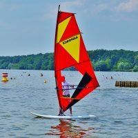 obóz windsurfingowy na jeziorze