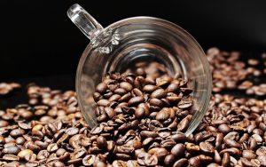 szklanka-w-ziarnach-kawy